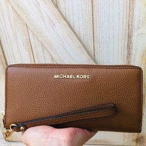 Nwt Michael kors jet set travel Wristlet